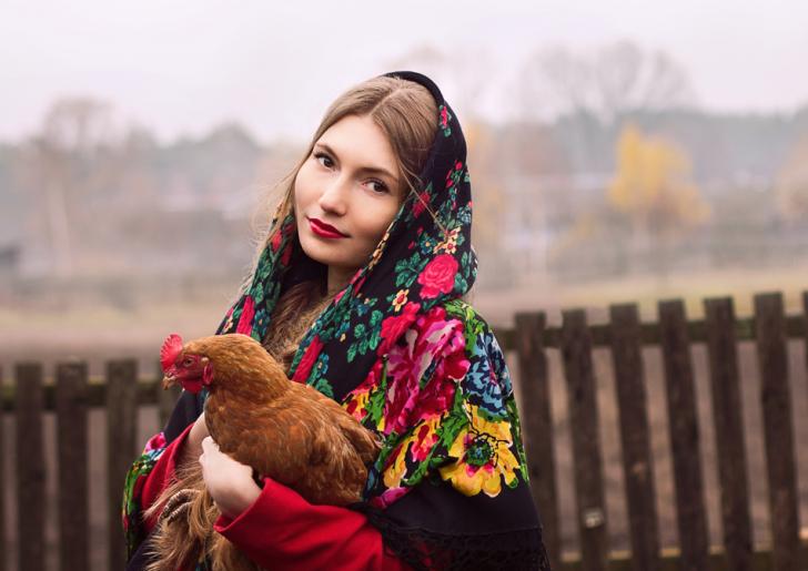 русская красавица, девушка с курицей в деревенском стиле
